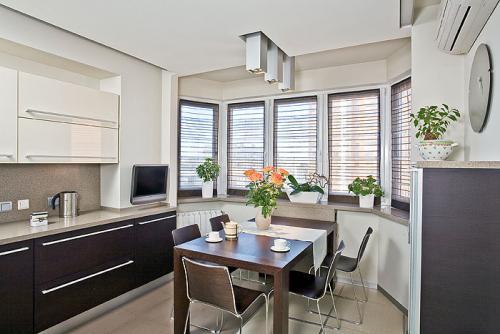 Интерьер кухни объединенной с балконом